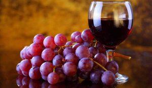 Una copa de vino tinto es la opción más healthy con la que brindar estas fiestas
