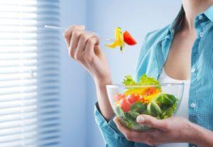 Comer despacio y masticando bien beneficia una buena digestión.